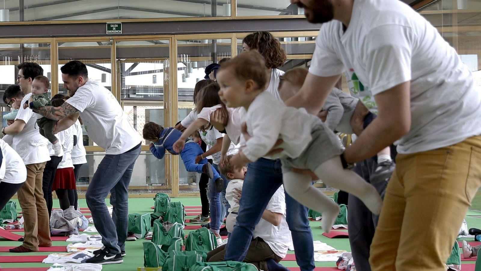 Foto: Varios padres juegan con sus hijos en una actividad organizada en Madrid. (EFE)
