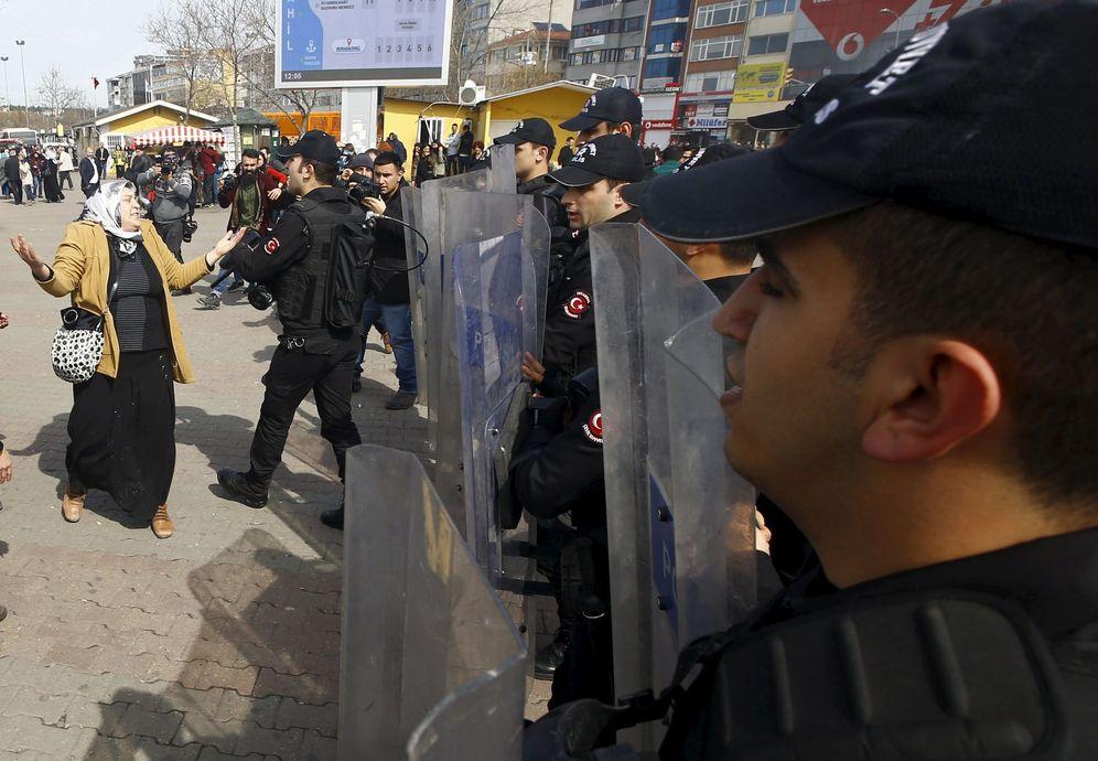 Foto: Una manifestante se encara con la policía durante el Día Internacional de la Mujer, en Estambul (Reuters).