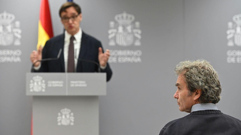 De espaldas, Fernando Simón. Al fondo, en un segundo plano, el ministro de Sanidad, Salvador Illa. (EFE)