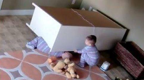 Un bebé salva a su hermano gemelo atrapado bajo un armario que cayó mientras jugaban