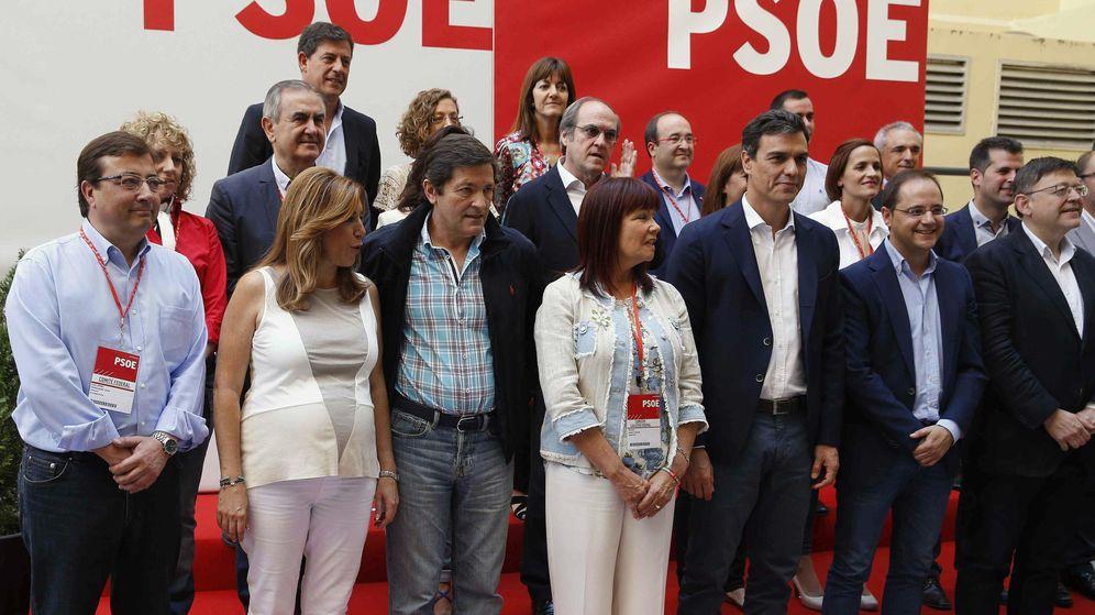 Foto: Pedro Sánchez (3d), acompañado (de izquierda a derecha) por Guillermo Fernández Vara, Susana Díaz, Javier Fernández, Micaela Navarro, César Luena y Ximo Puig, ayer. (EFE)