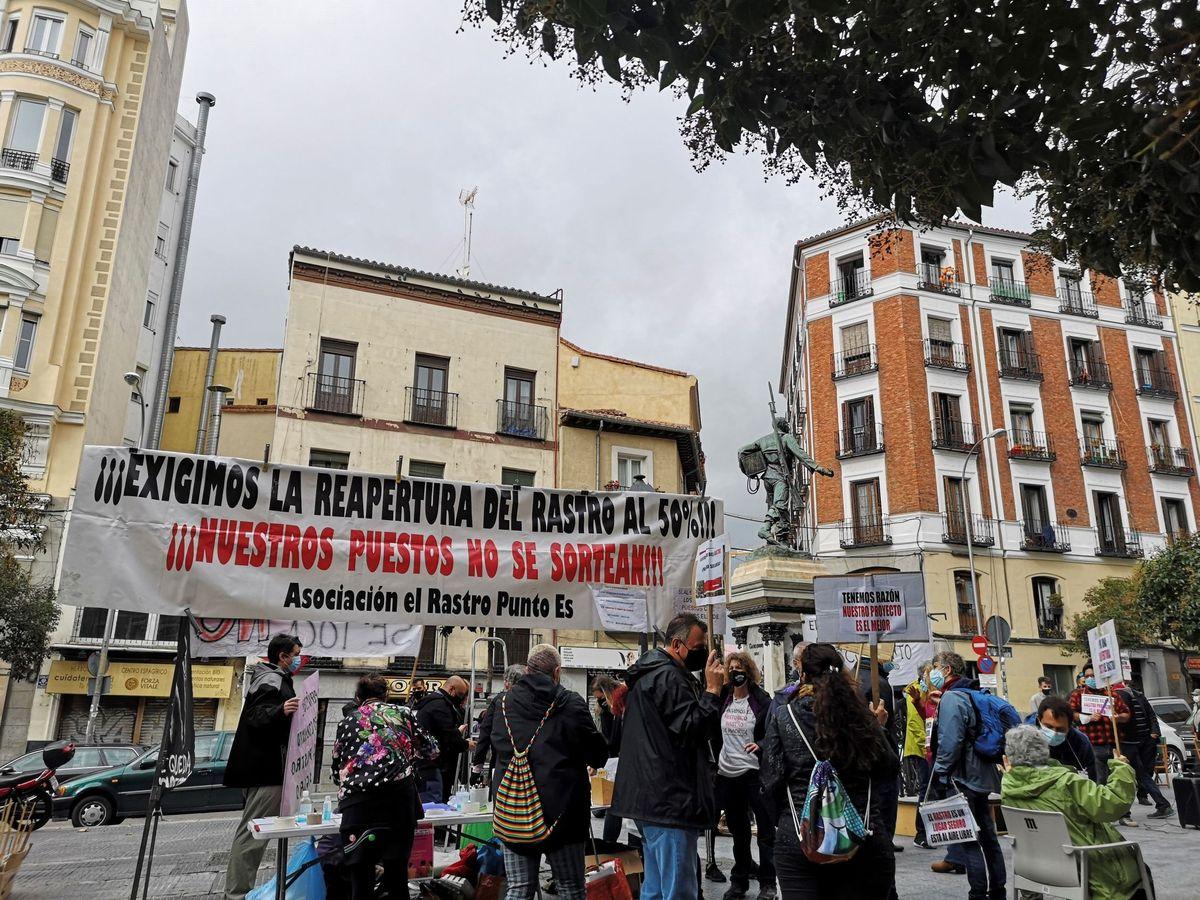 Foto: Los comerciantes de El Rastro se manifiestan para reclamar al Ayuntamiento de Madrid la reapetura del histórico mercadillo. (EFE)