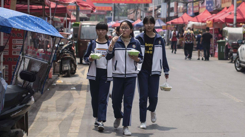 Tres estudiantes durante la breve pausa para la comida en Maotanchang. (L.G. Ajofrín)