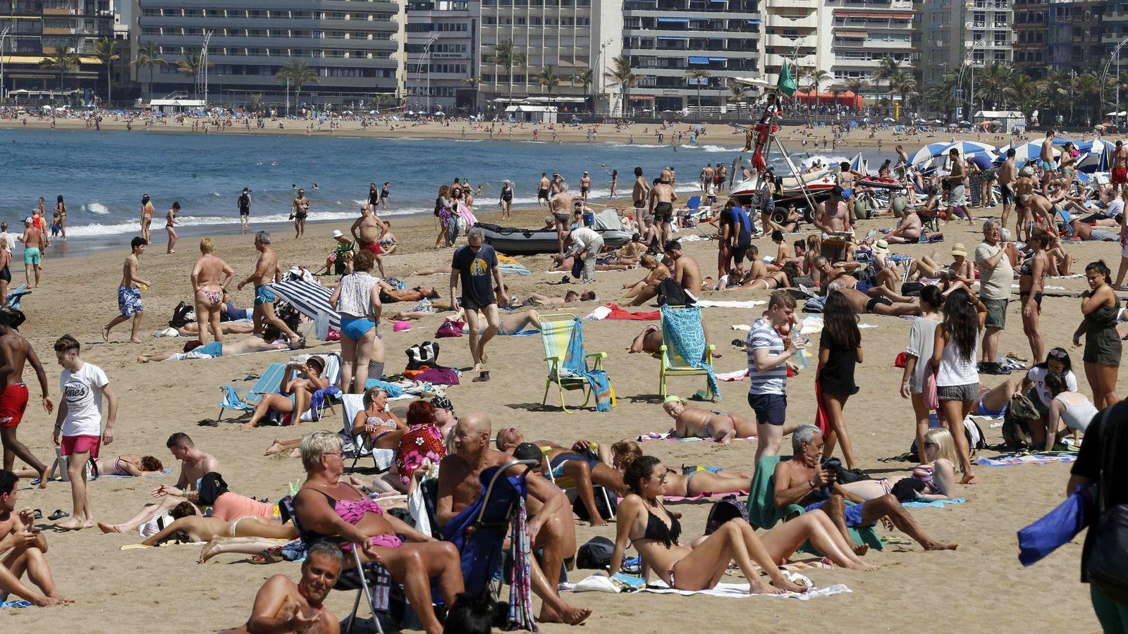 Foto: Turistas en Las Palmas de Gran Canaria. (EFE)