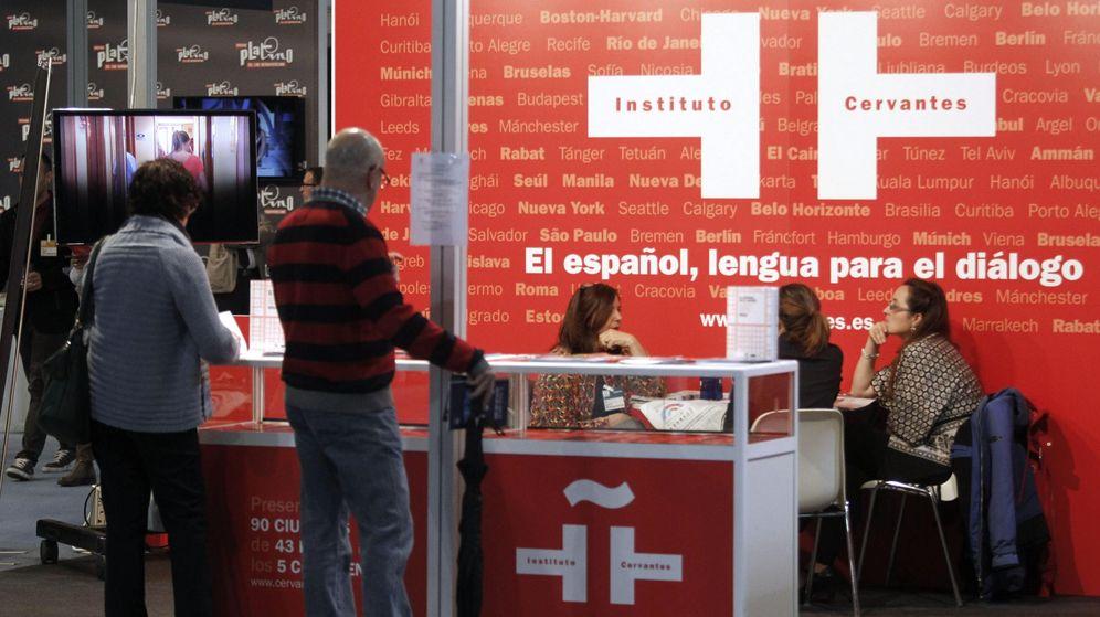 Foto: Varias personas visitan el estand del Instituto Cervantes durante el Foro Internacional del Español (EFE)