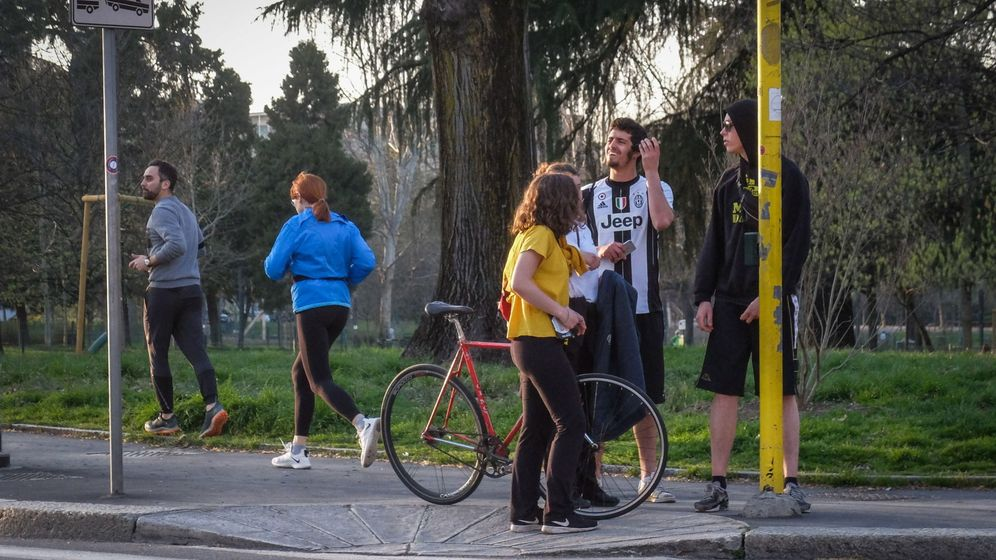 Foto: Gente haciendo deporte en un parque de Milán (EFE)