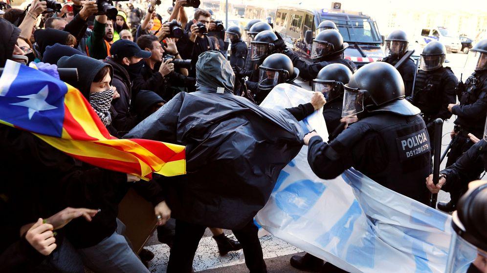Foto: Enfrentamiento entre los CDR y los Mossos en Barcelona. (EFE)
