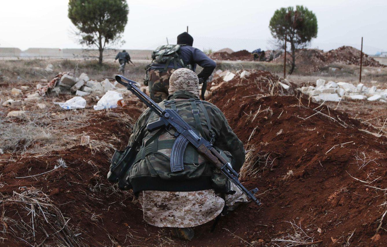Foto: Combatientes del Frente al Nusra (filial de Al Qaeda en Siria) avanzan hacia sus posiciones cerca del pueblo de Al-Zahra, al norte de Alepo, en noviembre de 2014 (Reuters).