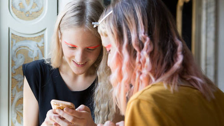 Las millennials compran belleza con el móvil. (Imaxtree)