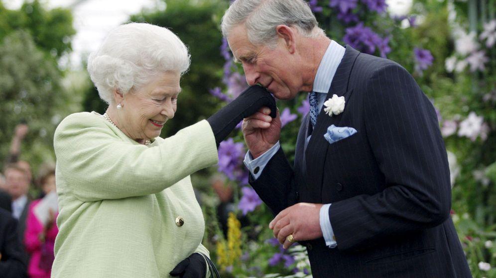 Foto: La reina Isabel y su hijo Carlos. (Reuters)