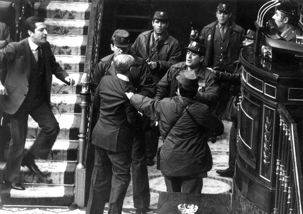 Foto: Tejero y otros 200 guardias civiles secuestran durante 16 horas a los diputados en el Congreso el 23F de 1981 (EFE).