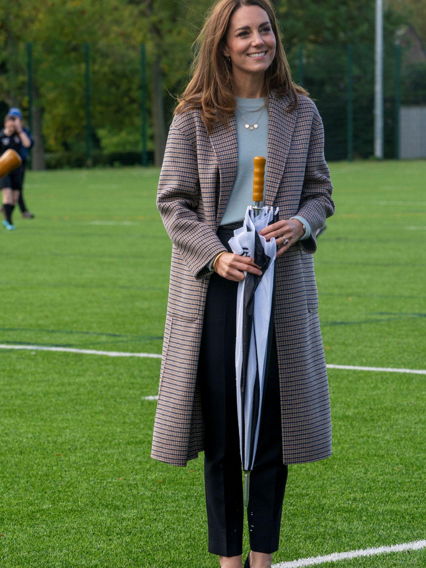 Kate Middleton y su abrigo de Massimo dutti. (Reuters)