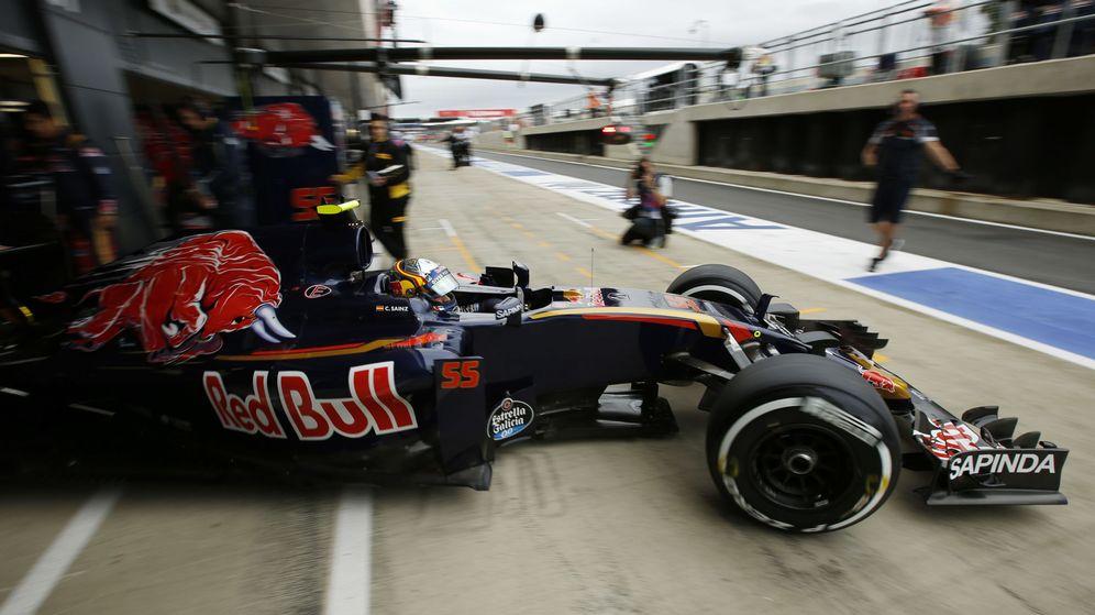 Foto: Carlos Sainz saliendo del garaje de Toro Rosso