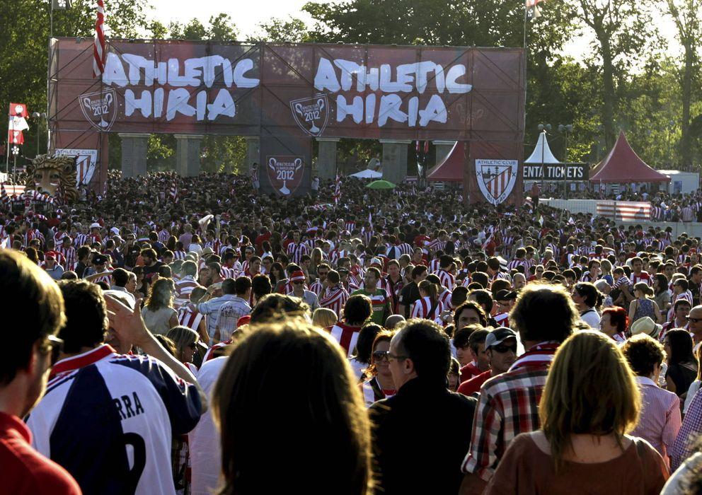 Foto: Aficionados del Athletic Club animan a su equipo en el Puente del Rey de Madrid, en una imagen de archivo (Efe).