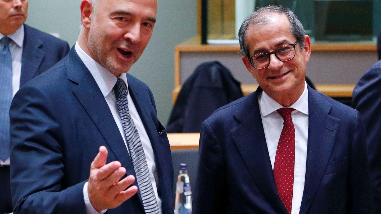 Moscovici conversa con Tria en la reunión del Eurogrupo celebrada en Bruselas. (Reuters)