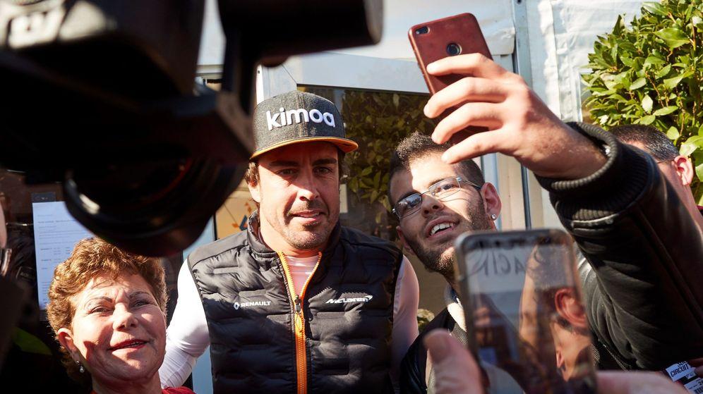 Foto: Fernando Alonso sobre el paddock de Montmeló. (EFE)