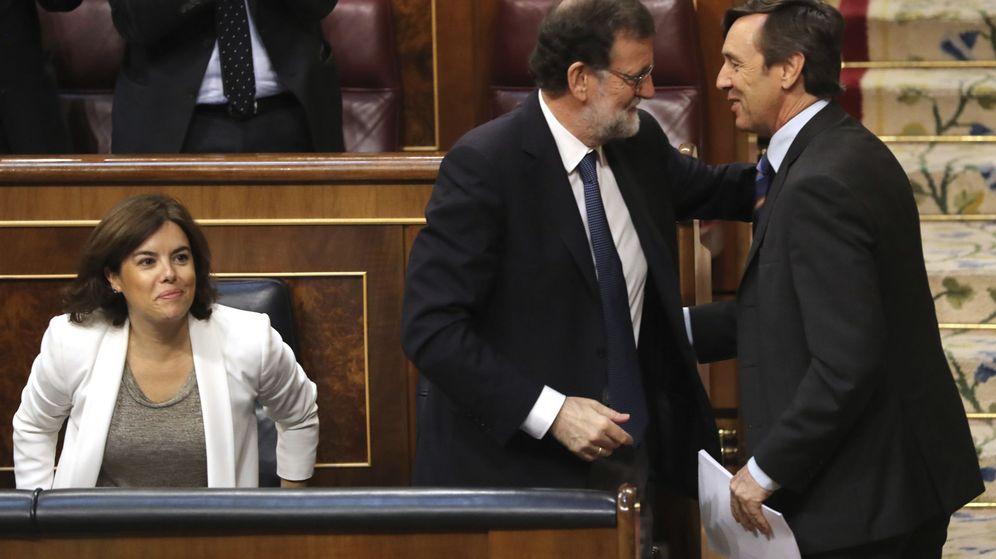 Foto: El portavoz parlamentario del PP, Rafael Hernando (d), es felicitado por el presidente del Gobierno, Mariano Rajoy, tras su intervención en el debate. (EFE)