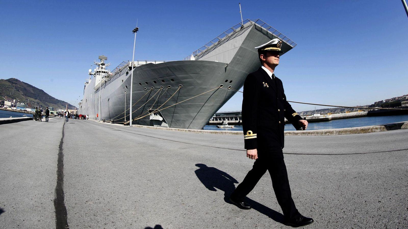 """Foto: Un oficial ante el portaaviones """"Juan Carlos I"""", el buque insignia de la Armada española. (EFE)"""