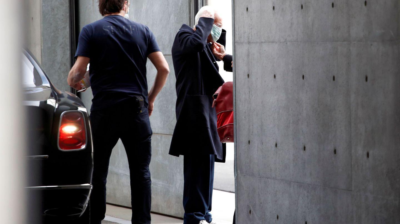 El diseñador Giorgio Armani colocándose una máscara a la salida del desfile. (TPX)