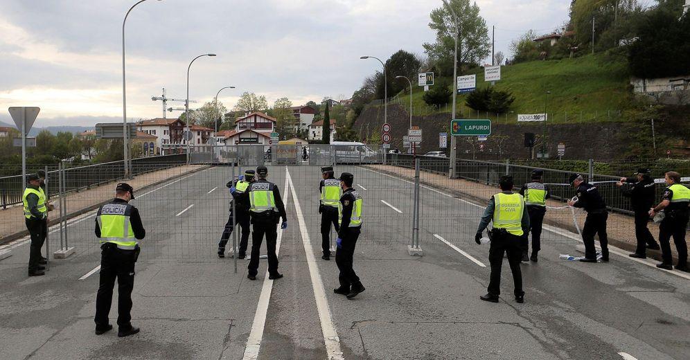 Foto: Agentes de la Guardia Civil y la Policía Nacional cierran en abril el paso a Francia por el puente de Behobia. (EFE)