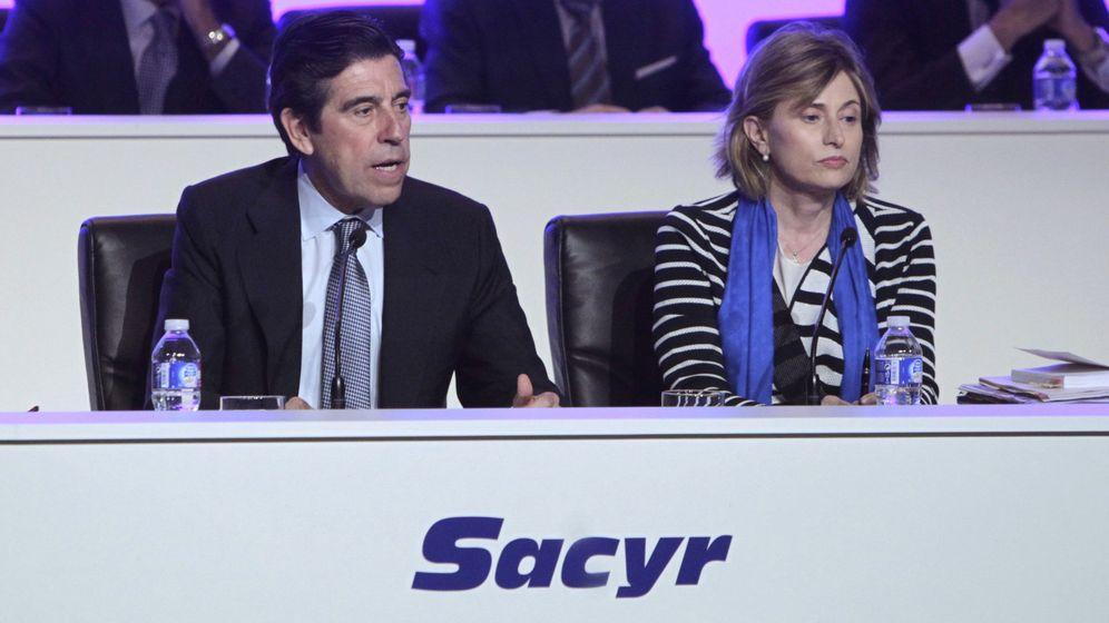 Foto: El presidente de Sacyr, Manuel Manrique, junto a la secretaria general del Consejo, Elena Otero-Novas Miranda. (EFE)