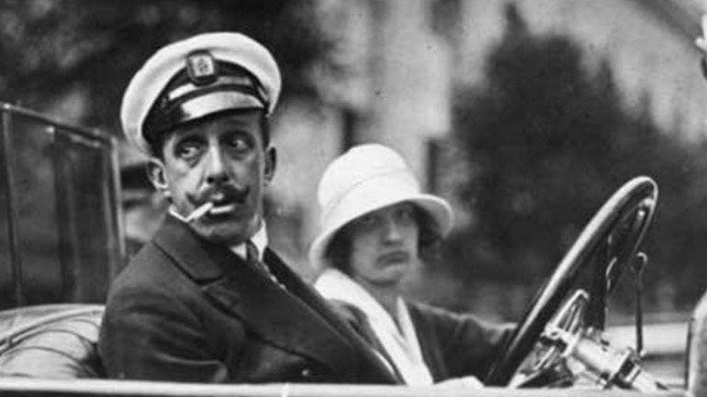 Foto: El rey de España, Alfonso XIII, en un coche de la época.