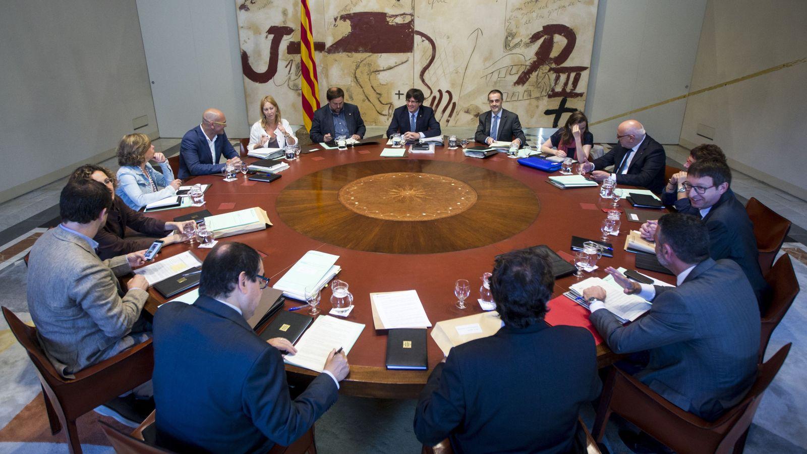 Foto: El presidente de la Generalitat de Catalunya, Carles Puigdemont (c), junto a todo el equipo de Gobierno. (EFE)