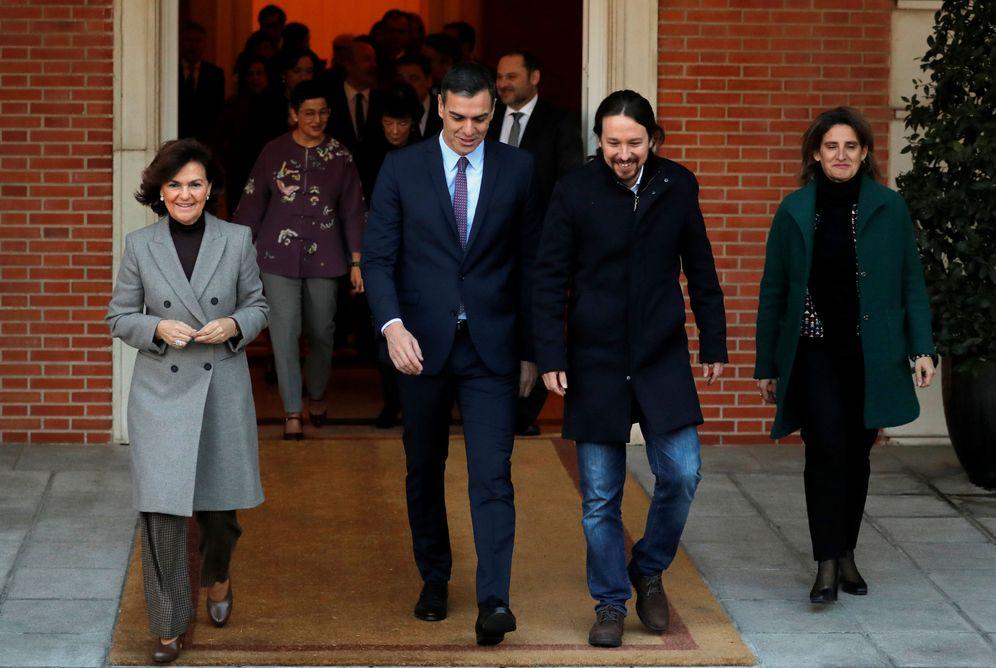 Foto: Pedro Sánchez, acompañado por sus vicepresidentes y ministros, se dirige a la escalinata de la Moncloa para la foto de familia. (Reuters)