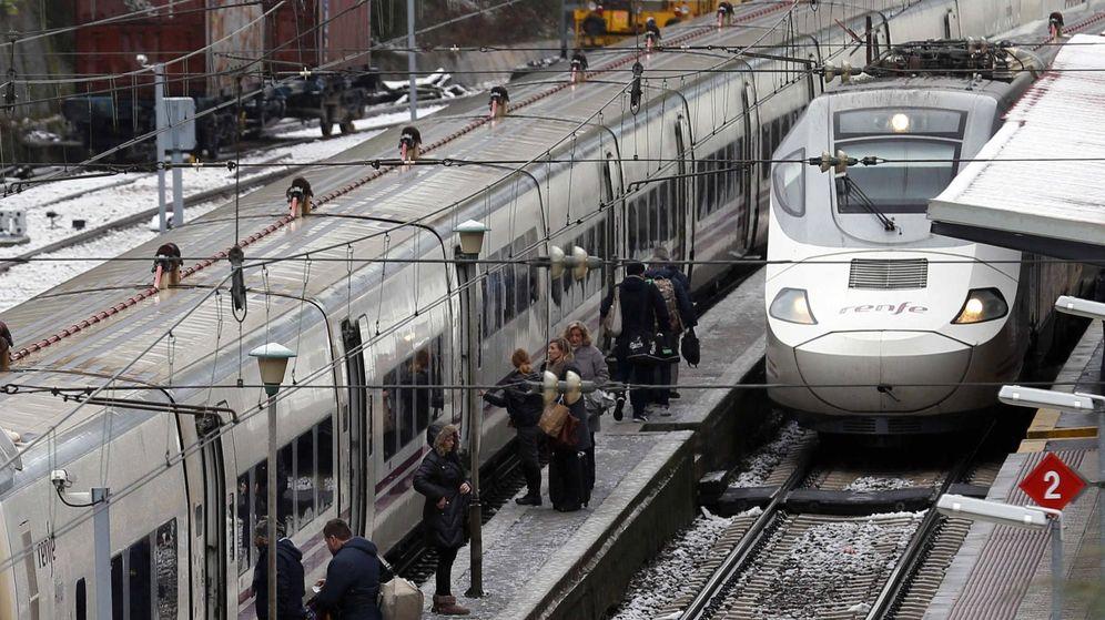 Foto: Un tren de Renfe, participada por el Estado. (EFE)