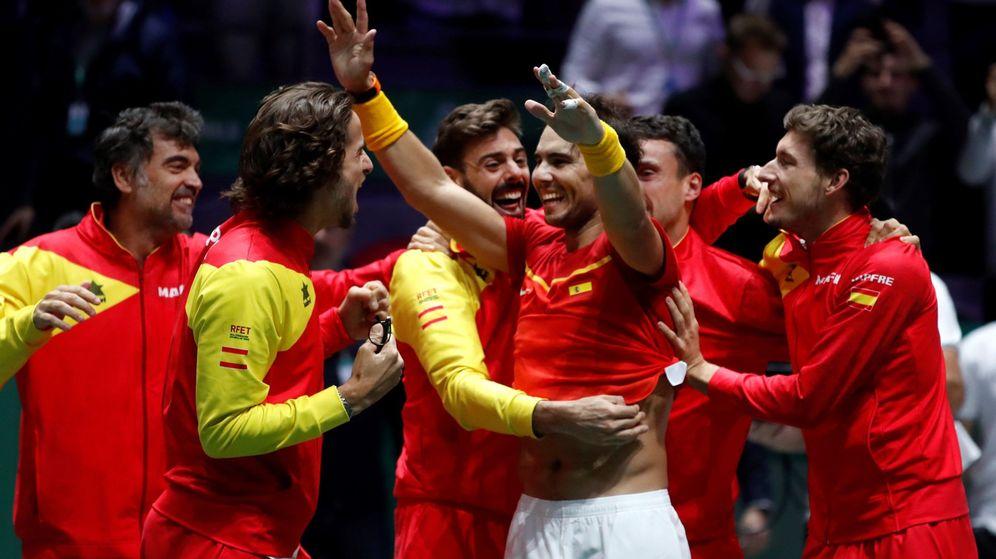 Foto: Rafa Nadal y el resto de integrandes de España celebra el título ante Canadá. (EFE)