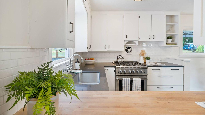 Trucos de decoración para darle color a una cocina blanca. (Im3rd Media para Unsplash)
