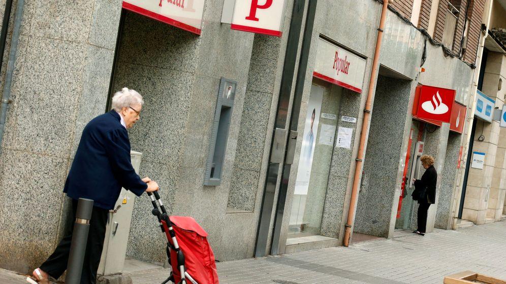 Foto: Una oficina del Banco Santander junto a otra del Banco Popular. (Reuters)