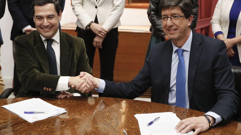 Foto: El presidente andaluz del Partido Popular, Juanma Moreno (i), y el de Ciudadanos, Juan Marín (d), se estrechan las manos. (EFE)