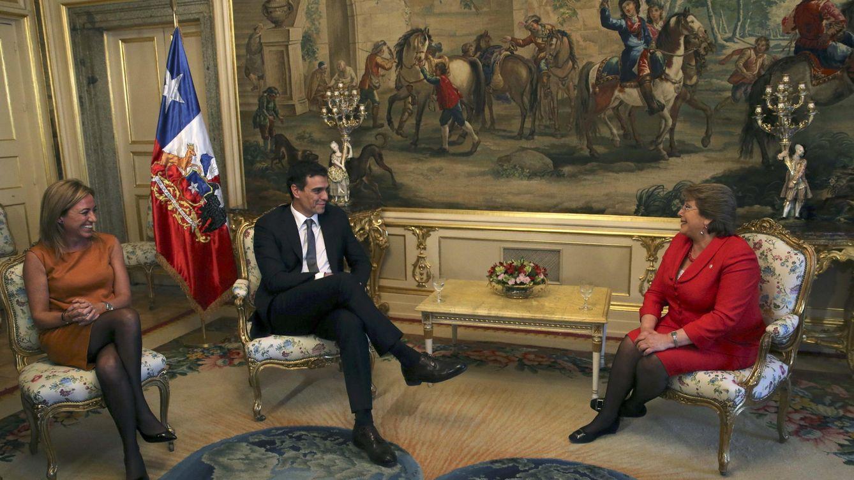 Foto: Pedro Sánchez (2i) y la secretaria de Relaciones Internacionales del PSOE, Carme Chacón (i), en una visita a España de la presidenta de Chile, Michelle Bachelet, en 2014. (EFE)