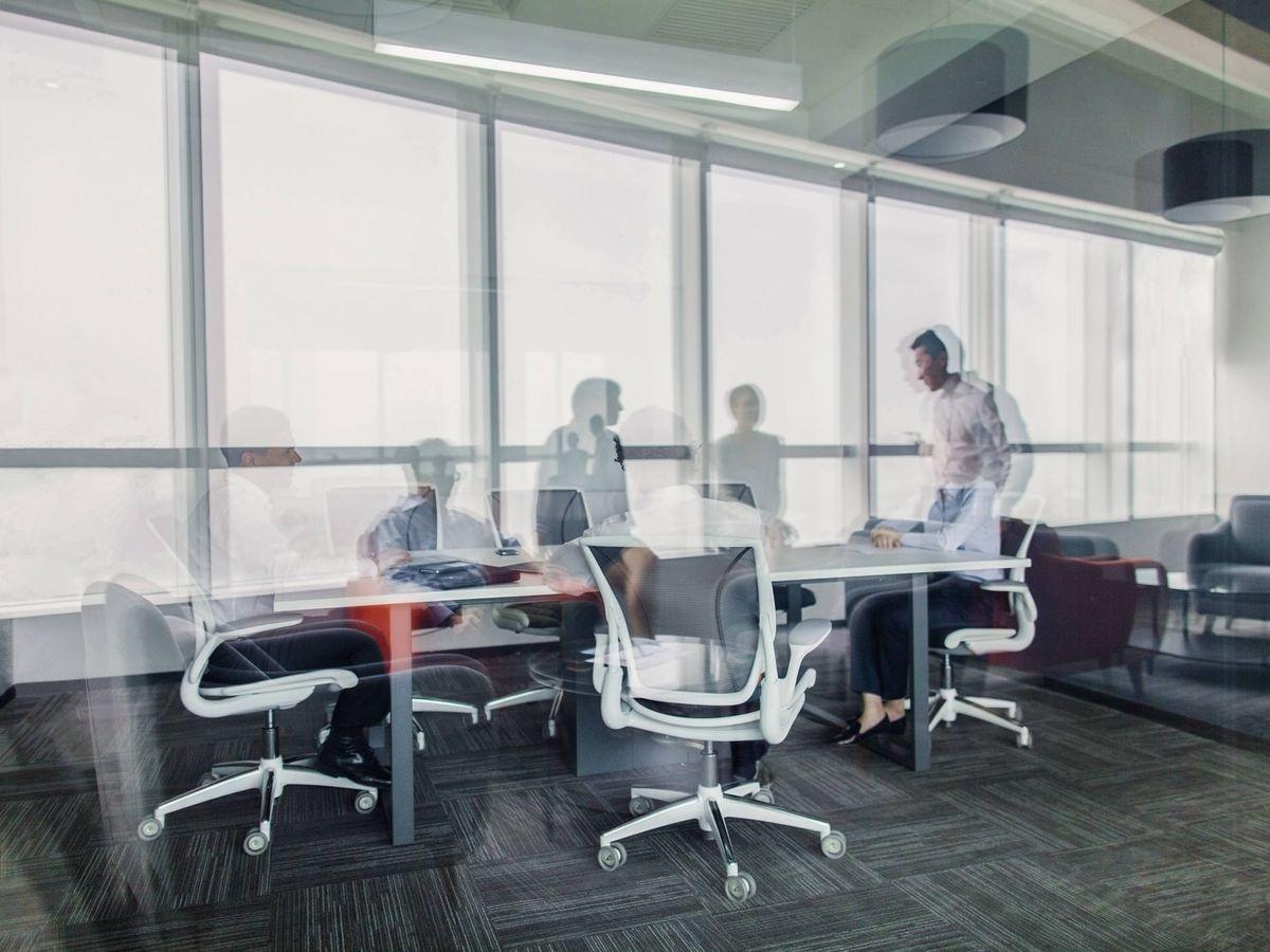 Foto: Trabajadores van y vienen de una oficina. (iStock)