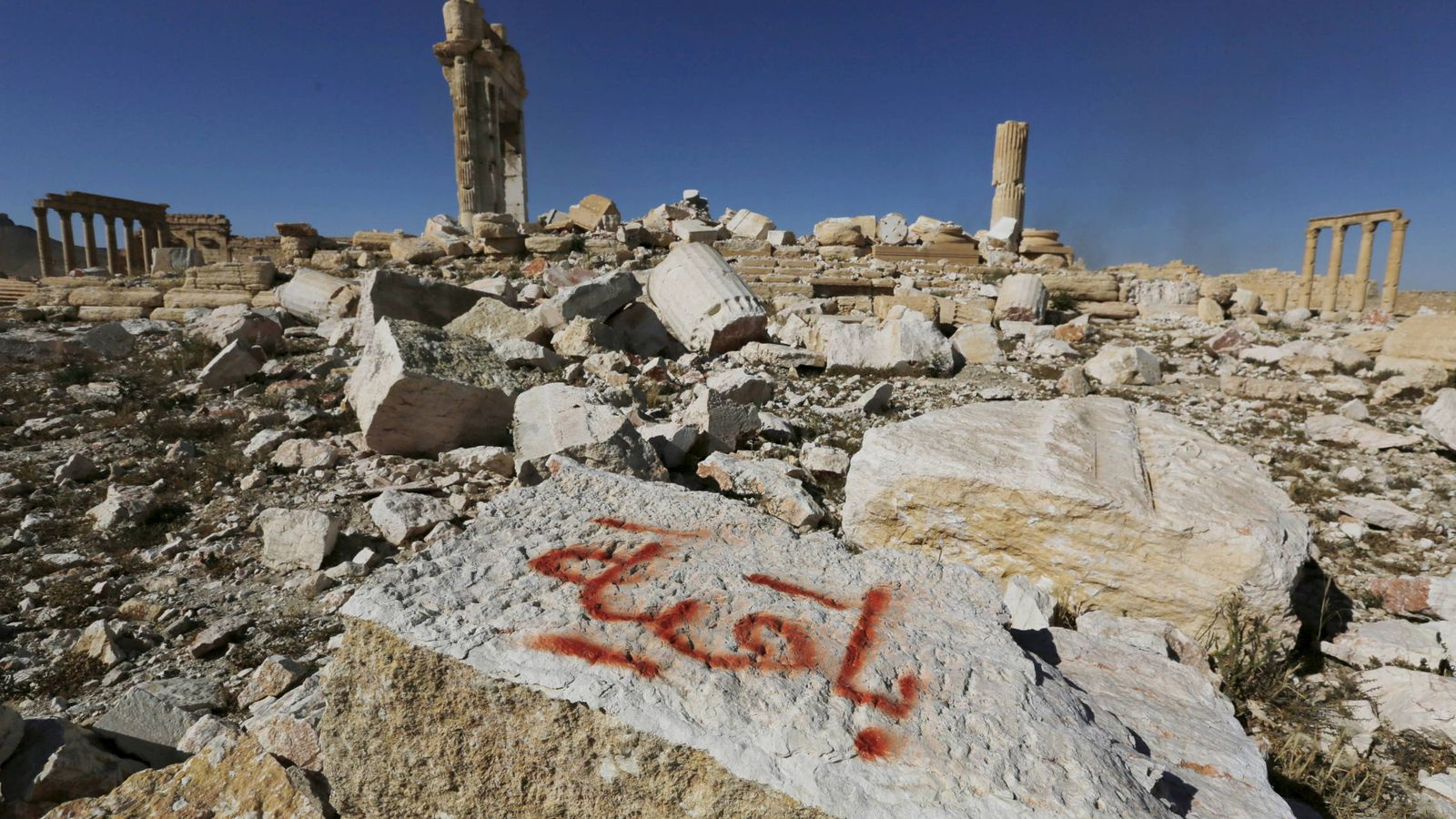 """Foto: Los restos del templo de Bel, en Palmira, dinamitado por Daesh. En el grafiti puede leerse """"Permaneceremos"""". (Reuters)"""