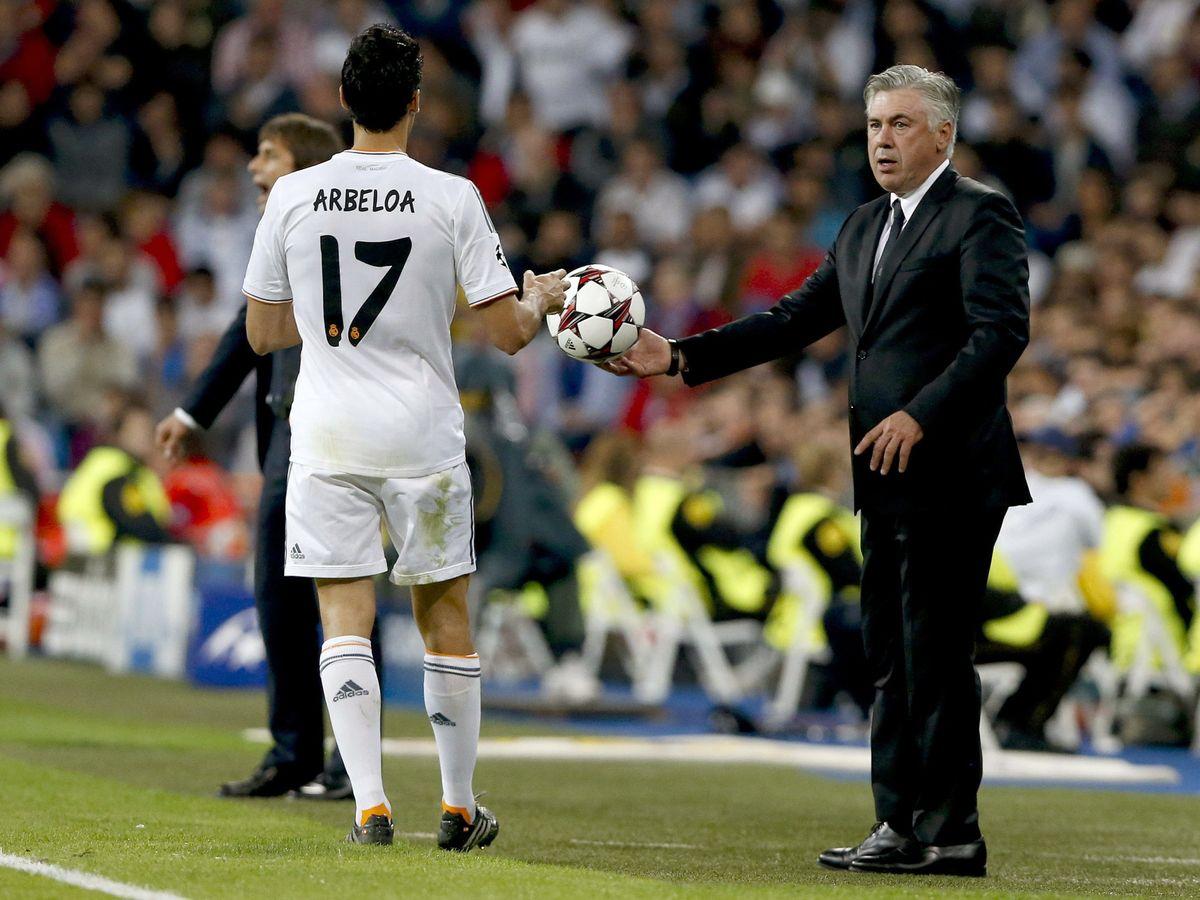 Foto: Ancelotti, junto a Arbeloa, durante un partido del Real Madrid. (EFE)
