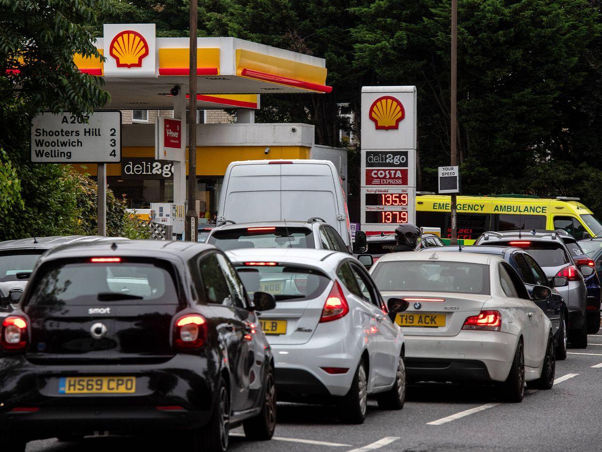 Foto: Colas en gasolineras de Londres ante la falta de combustible. (Getty)