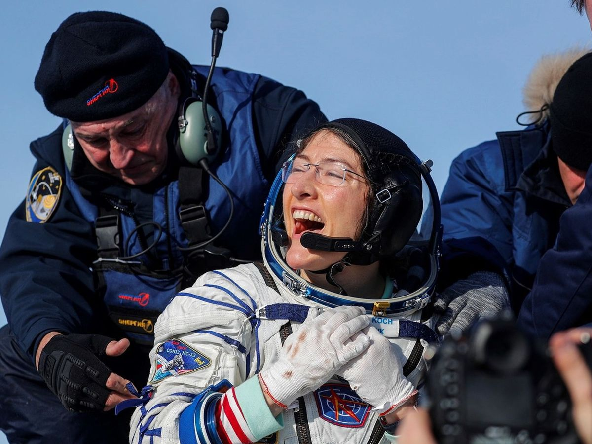 Foto: Christina Koch sonríe tras suaterrizaje. Foto: EFE Sergei Ilnitsky Pool