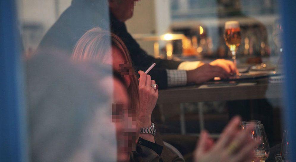 Foto: Una mujer fuma en el interior de un restaurante de Madrid. (Enrique Villarino)