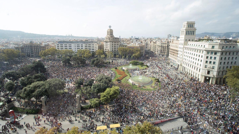 Miles de personas se concentran en la Plaza de Cataluña de Barcelona. (EFE)