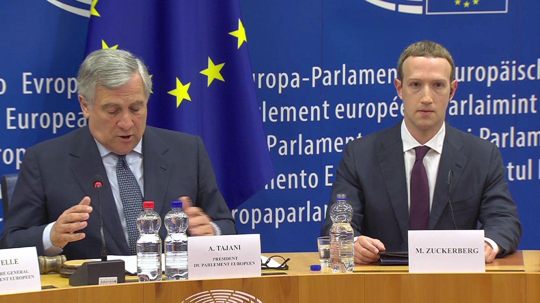 El fundador de Facebook, Mark Zuckerberg (d), y el presidente del Parlamento Europeo, Antonio Tajani (i), durante su reunión con los líderes de los grupos del Parlamento Europeo para dar cuenta del uso de datos de 500 millones de usuarios en la UE en Bruselas (EFE)