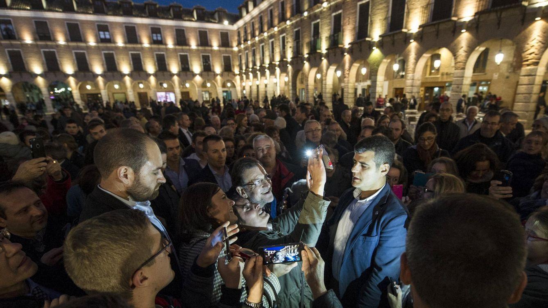 Foto: Rajoy, en la Plaza Mayor de Ocaña (Toledo). (EFE)