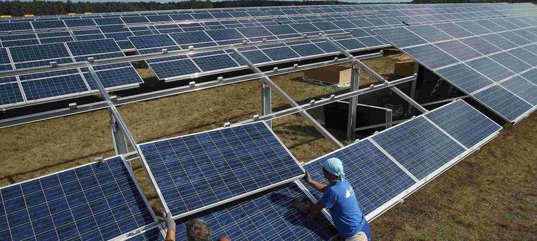 Foto: Instalación de paneles solares. (Efe)