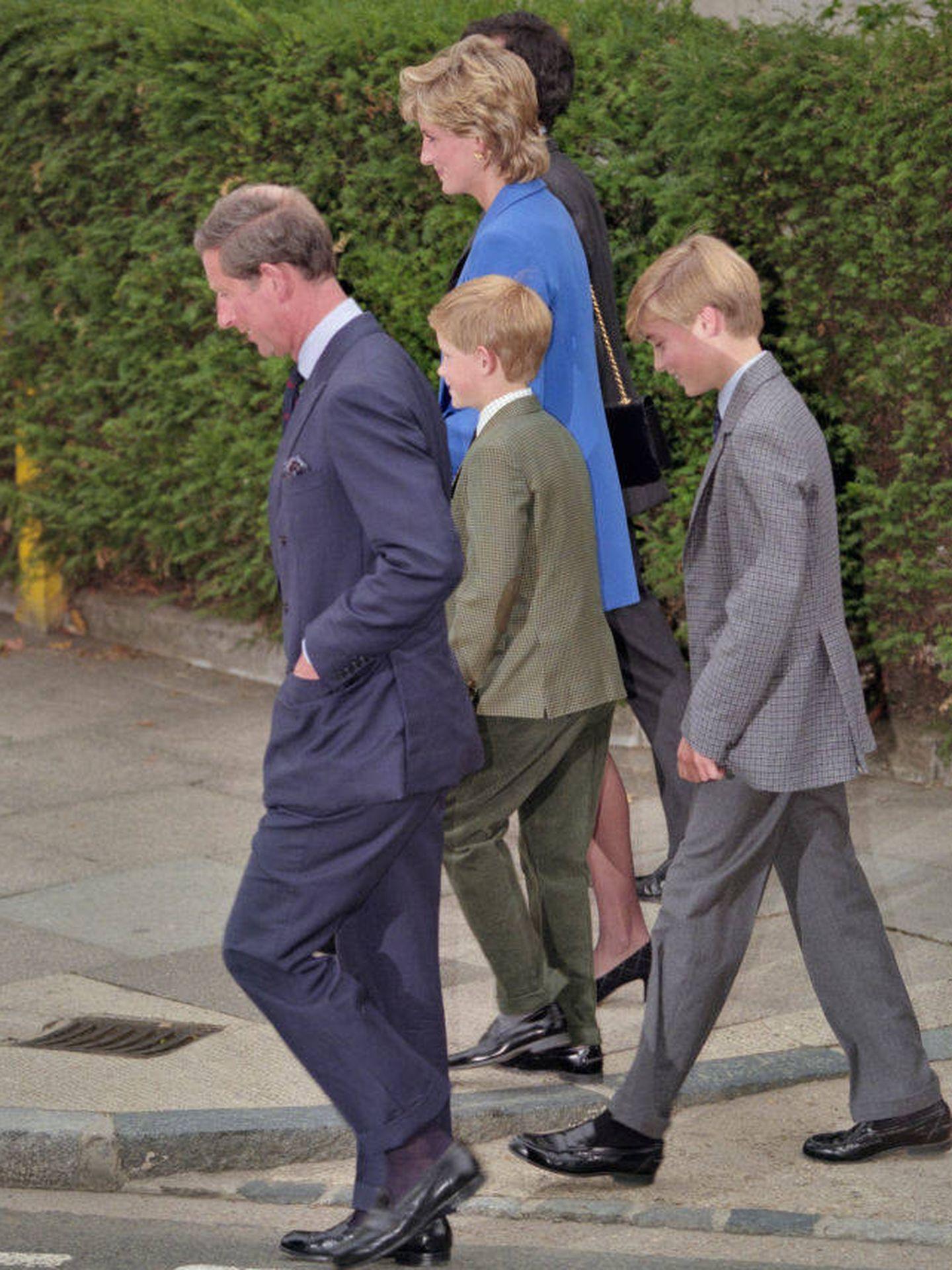 Diana y Carlos, con sus hijos. (Getty)