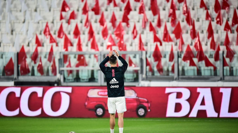 Cristiano Ronaldo aplaude a unas gradas vacías en el partido a puerta cerrada entre la Juve y el Inter. (Reuters)