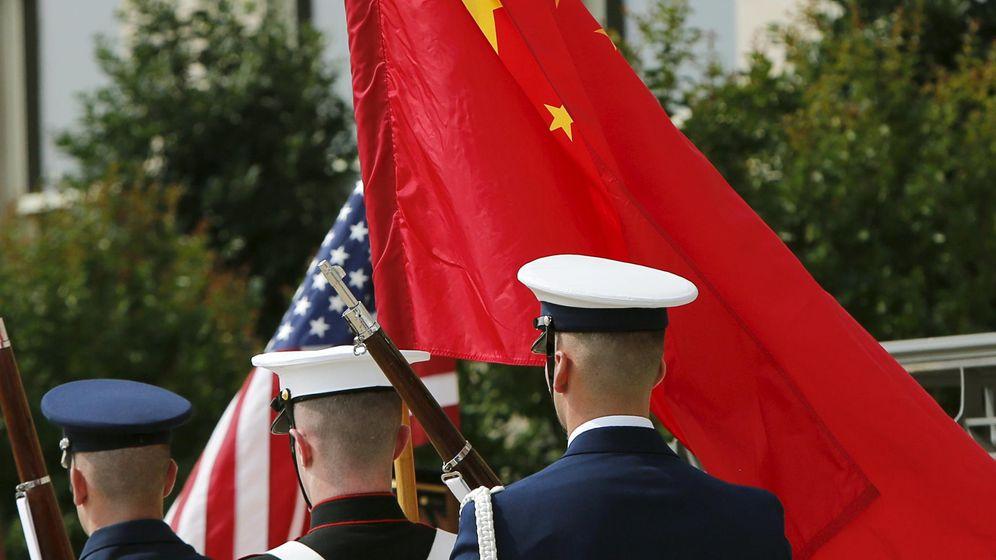 Foto: Militares estadounidenses portan las banderas de EEUU y de China (Reuters)