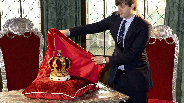El príncipe heredero de Hannover, Ernesto Augusto, descubre la corona de Hannover en el castillo de Marienburg. (EFE)