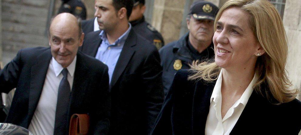 Foto: La infanta Cristina seguida de su abogado, Miquel Roca (i), a su llegada a los juzgados de Palma. (EFE)