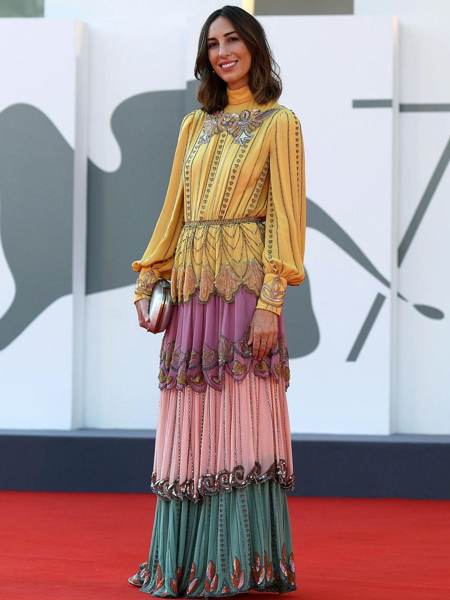 La directora Gia Coppola, con vestido multicolor de aire romántico en la presentación de 'Mainstream'. (EFE)